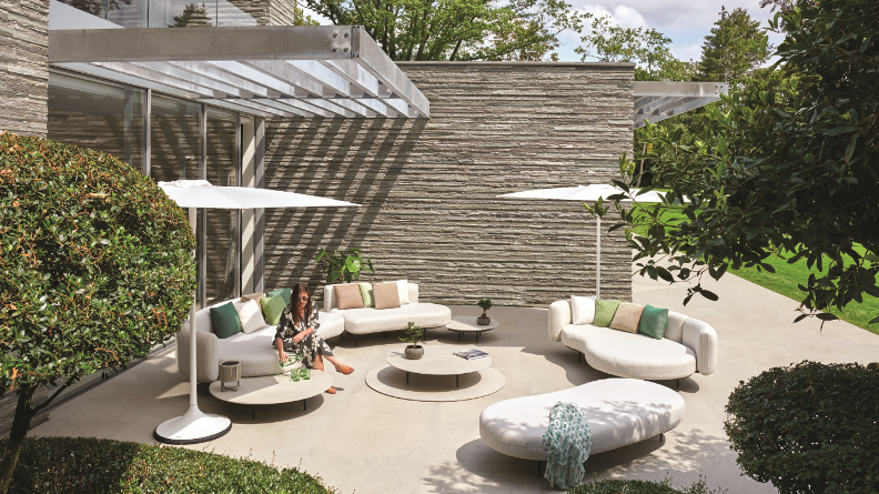 so soft sofa canapés d'extérieur meuble de jardin outdoor living terrasse jardins confort style doux qualité Organix Lounge Royal Botania Cassina rétro tissus en velours Sail Out minimalisme skagaarden asker sofa outdoor furniture mobilier inspiration architecteur chic gardens magazine